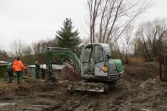 Aufräumarbeiten des neuen Gartenteils